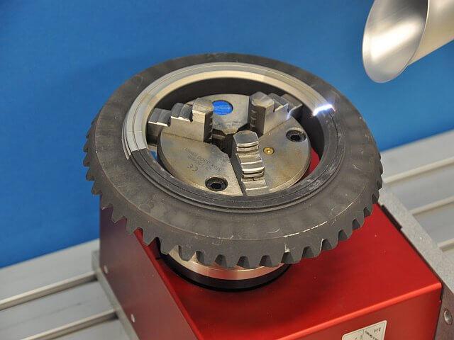 Praezise Entschichtung eines Getrieberade mit cleanLASER