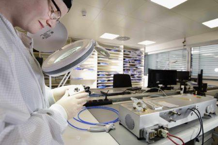 Reinraum Laserreinigung mit Mitarbeiterin
