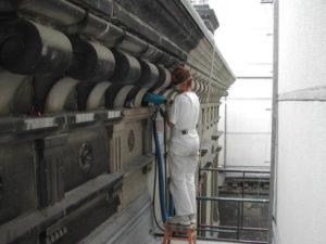 Laserreinigung einer Fassade Restaurator auf Geruest