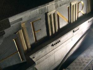 Laserreinigung Portalbuchstaben Detail
