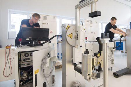 Fertigung Laser mit Arbeitern
