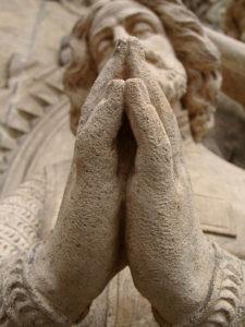 gereinigte Statue Betende Haende