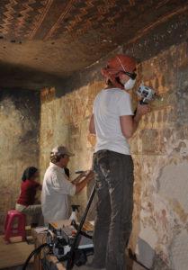 Restauratoren-Team reinigt aegyptische Grabkammer mit Laser