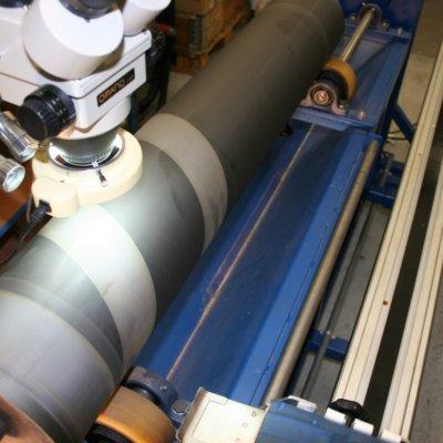 Aussschnitt Druckwalze mit Mikroskop