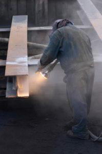 Arbeiter beim Sandstrahlen