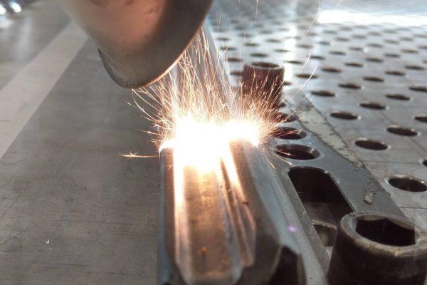 Vorbehandeln zum Kleben von Metall